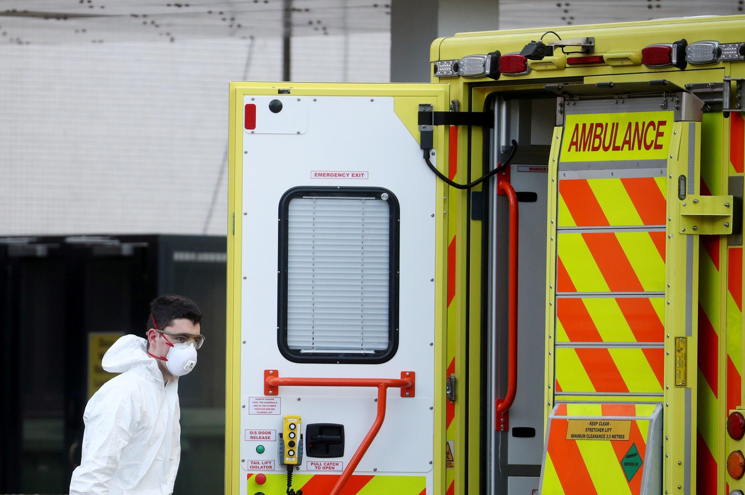 مسعف يقف خلف سيارة اسعاف في لندن  (رويترز)