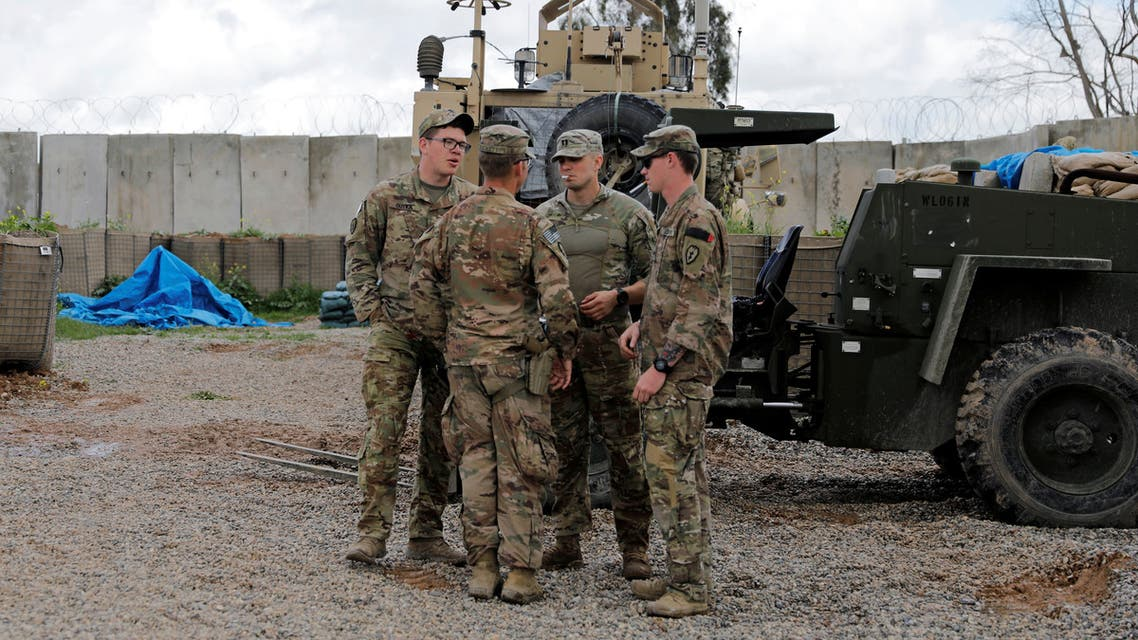 عناصر من قوات التحالف تسلم قاعدة للجيش العراقي في نينوى يوم 30 مارس (من رويترز)