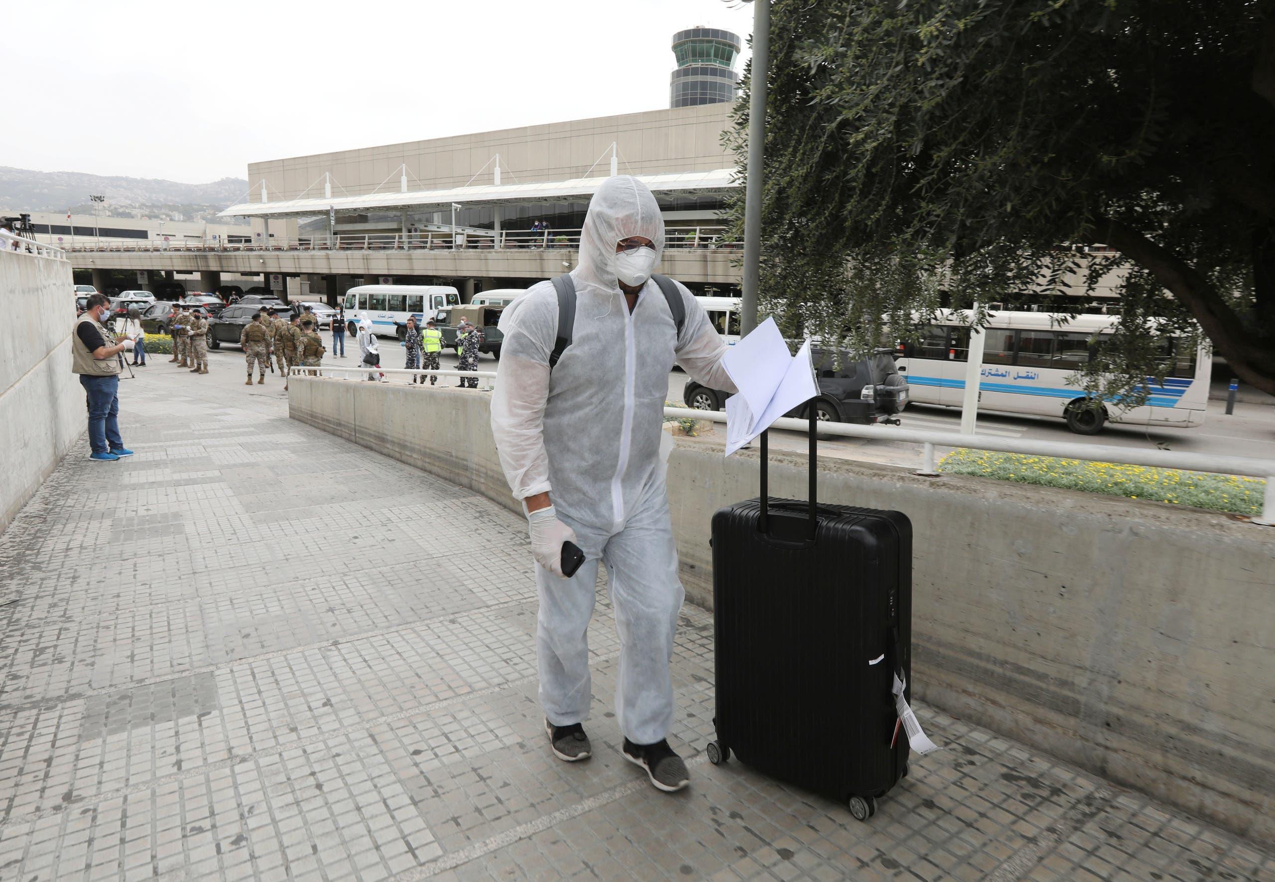 أحد المسافرين الذين عادوا اليوم