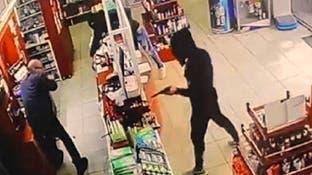 شاهد اطلاق الرصاص بعملية سطو مسلح على صيدلية قرب بيروت