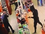 شاهد إطلاق الرصاص بعملية سطو مسلح على صيدلية قرب بيروت