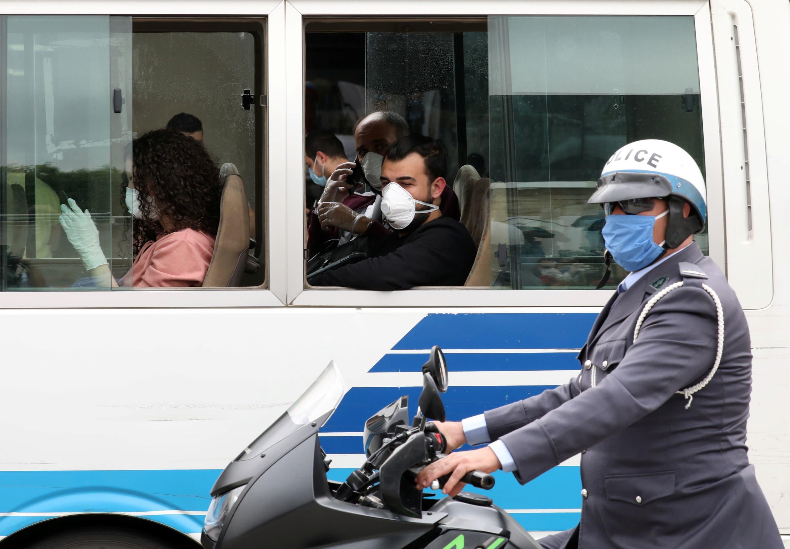 مسافرون داخل الحافلة التي تقلهم إلى فنادق الحجر