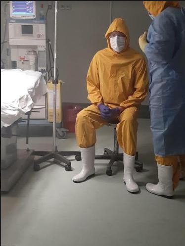 الدكتور رضا النجار باللباس الواقي من كورونا