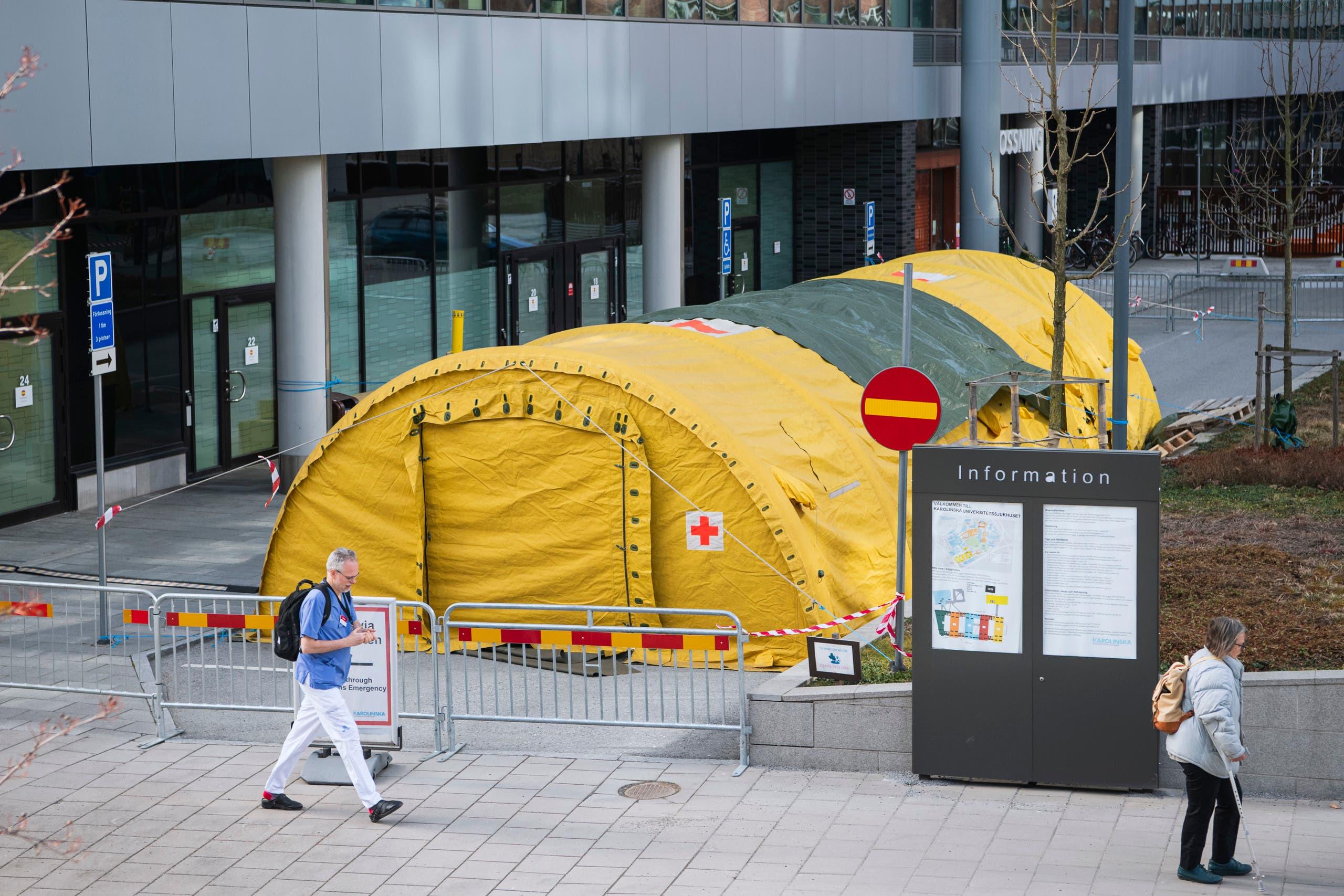 خيمة تم نصبها أمام مستشفى في مدينة سولنا بالسويد لإجراء فحصوات كورونا