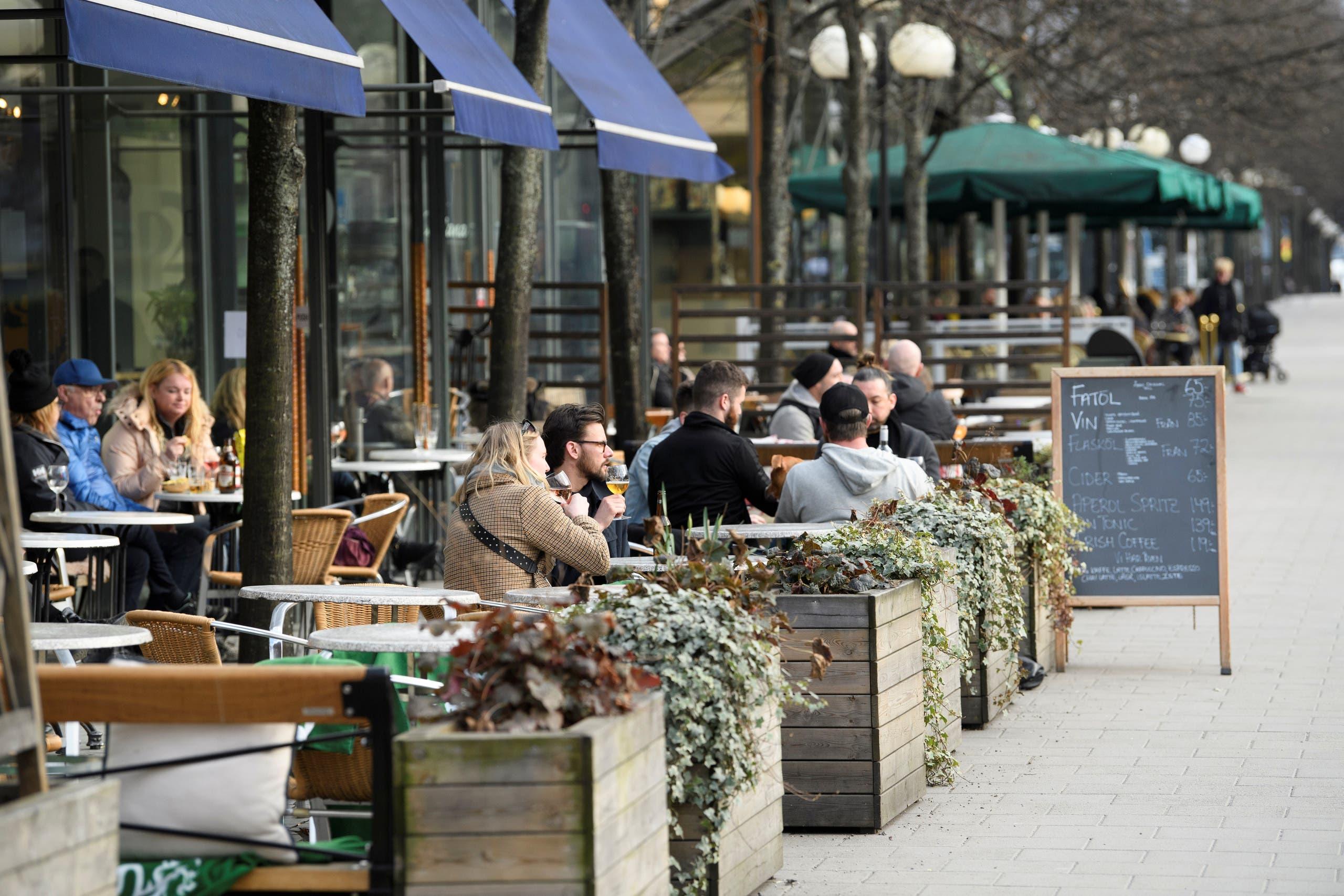 مقاهي ستوكهولم مفتوحة أمام الزبائن