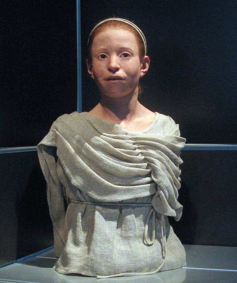 تمثال نصفي أعيد تشكيله حديثا انطلاقا من جمجمة طفلة لقبت بميرتيس تبلغ 11 عاما قيل أنها توفيت بسبب طاعون أثينا منذ نحو 2500 عام