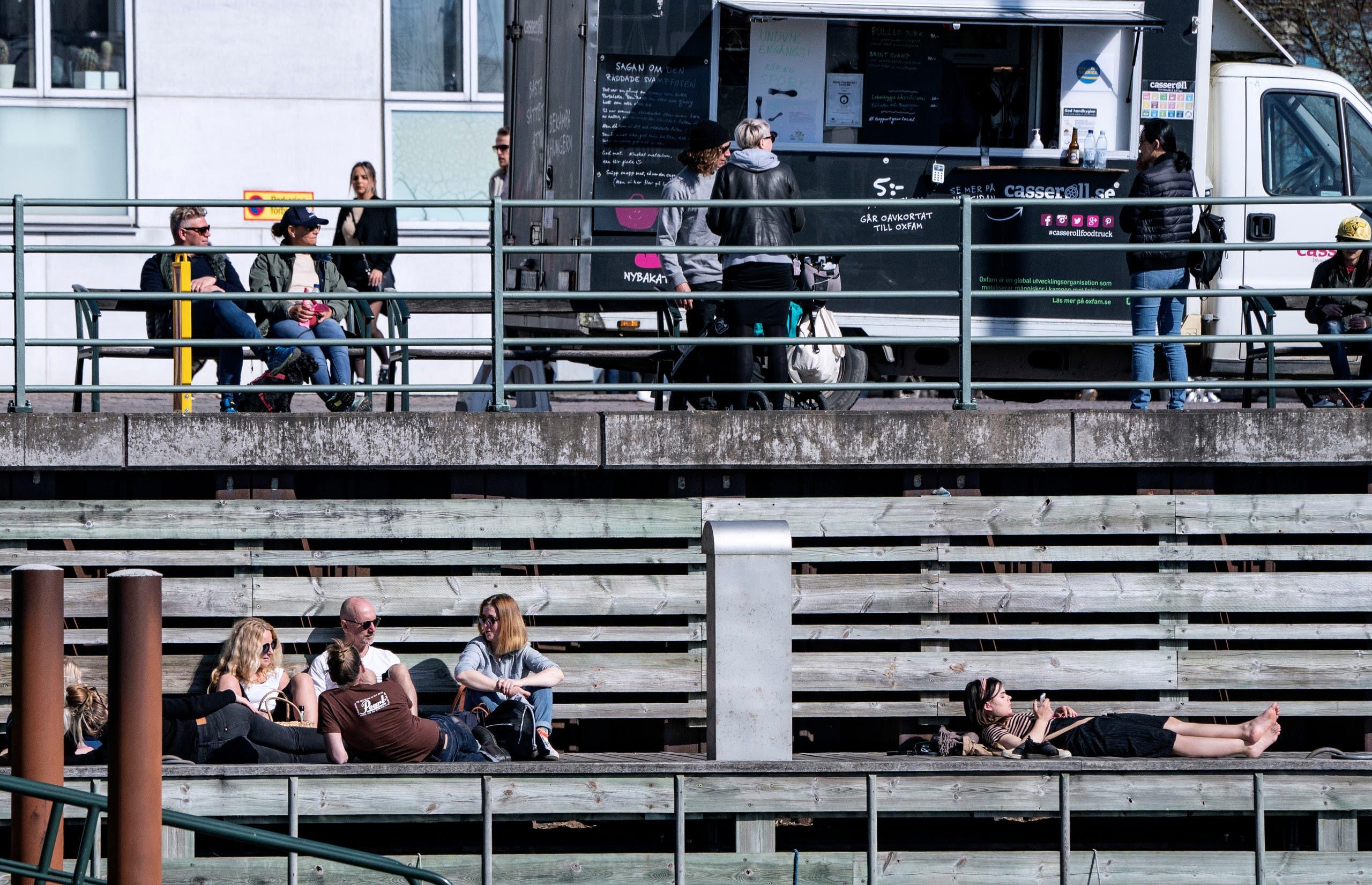 ازدحام في مالمو بالسويد حيث استمتع الناس أمس الأحد بالشمس بالهواء الطلق
