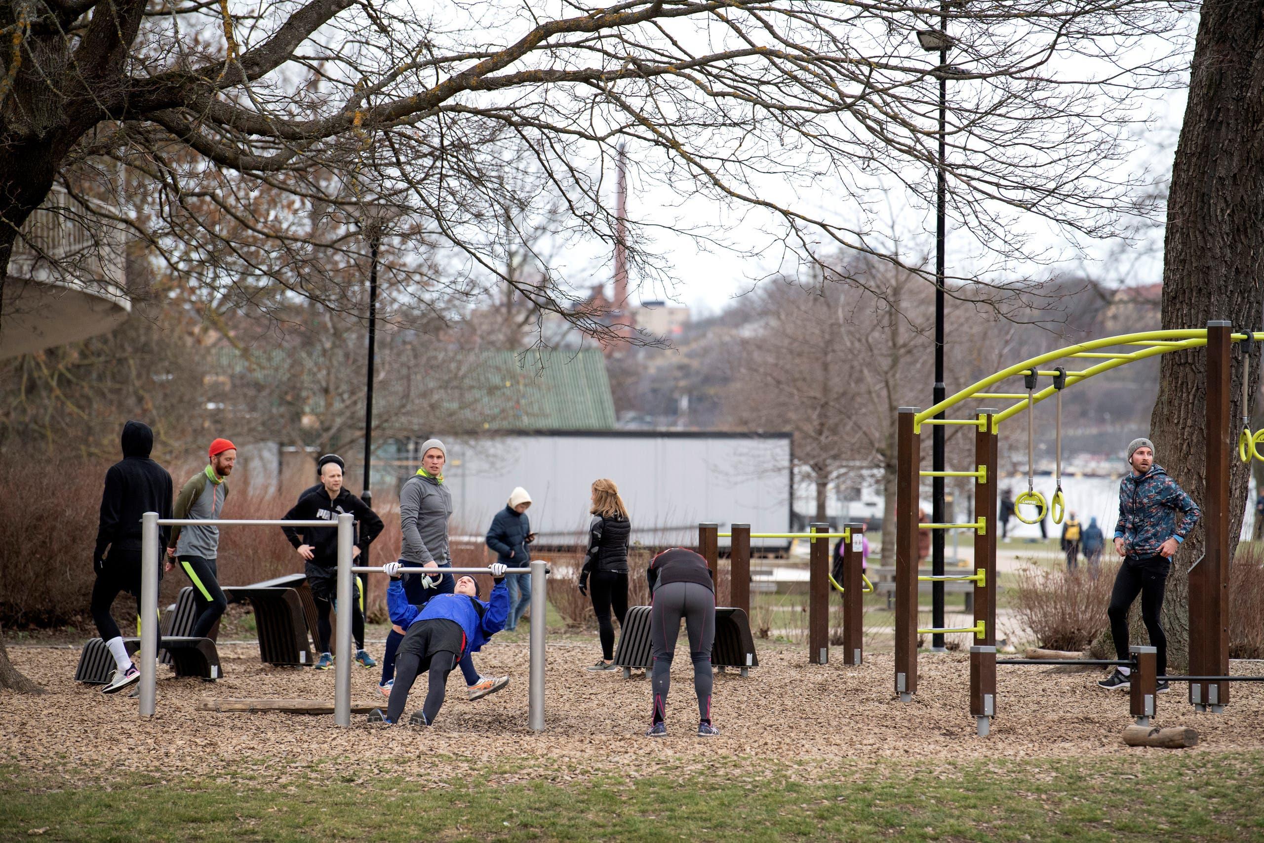 سكان يمارسون الرياضة في حديقة عامة بستوكهولم