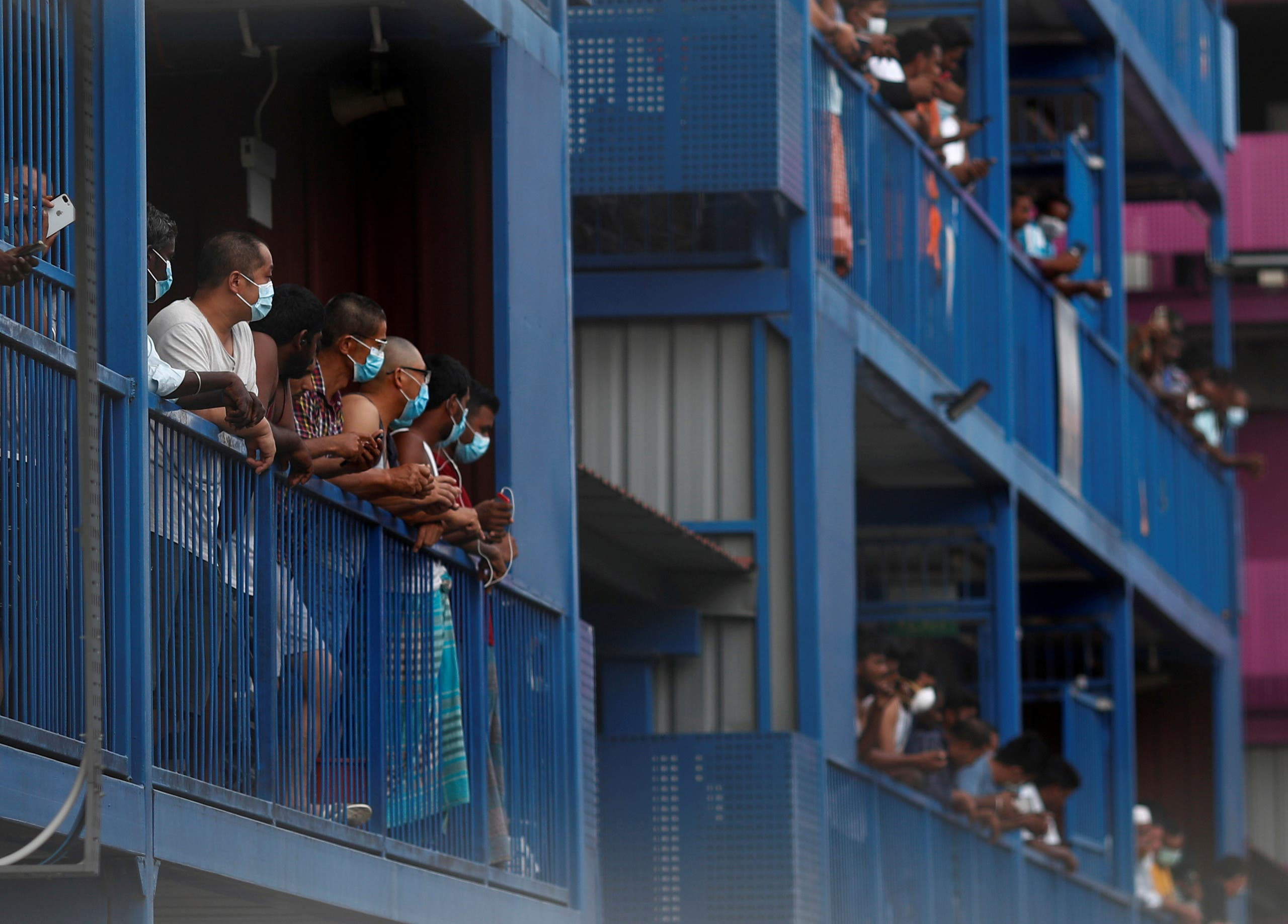 عمال يرتدون الكمامات في سينغافورة(أرشيفية- رويترز)