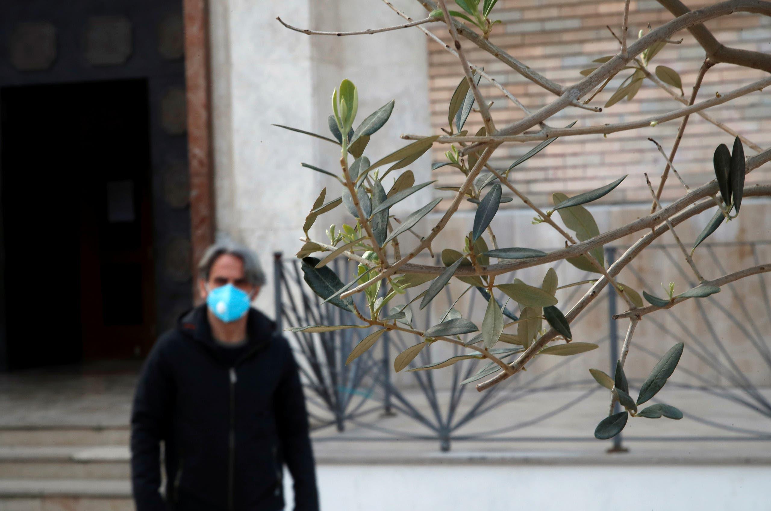 من نابولي في إيطاليا يوم 5 أبريل (من رويترز)