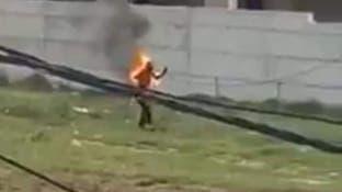 مشهد مروع للاجئ سوري تلتهمه النار.. وابنه يروي