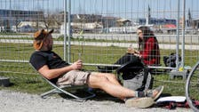 کرونا کے سبب دور ہو جانے والے جرمن اور سوئس شہریوں کی سرحد پر ملاقاتیں