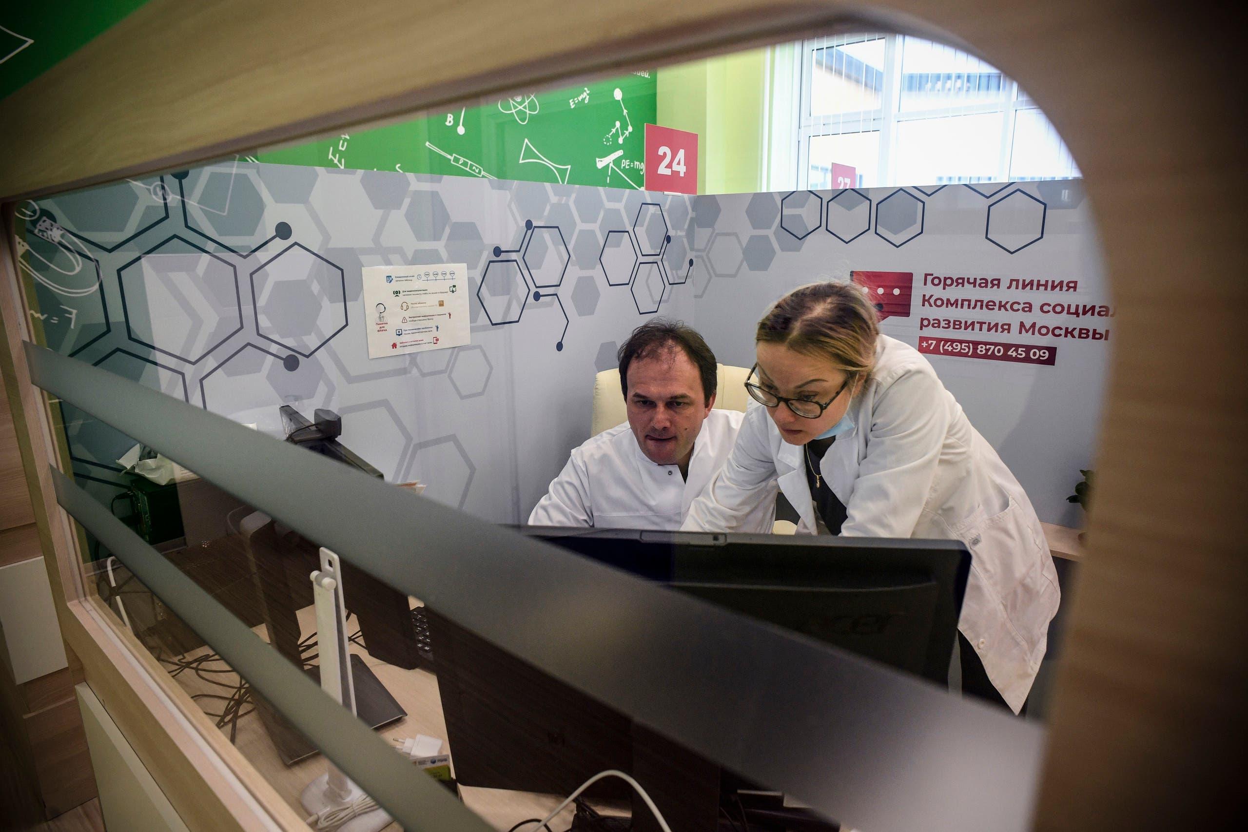من مركز للتطبيب عن بعد في موسكو يوم 7 أبريل (فرانس برس)