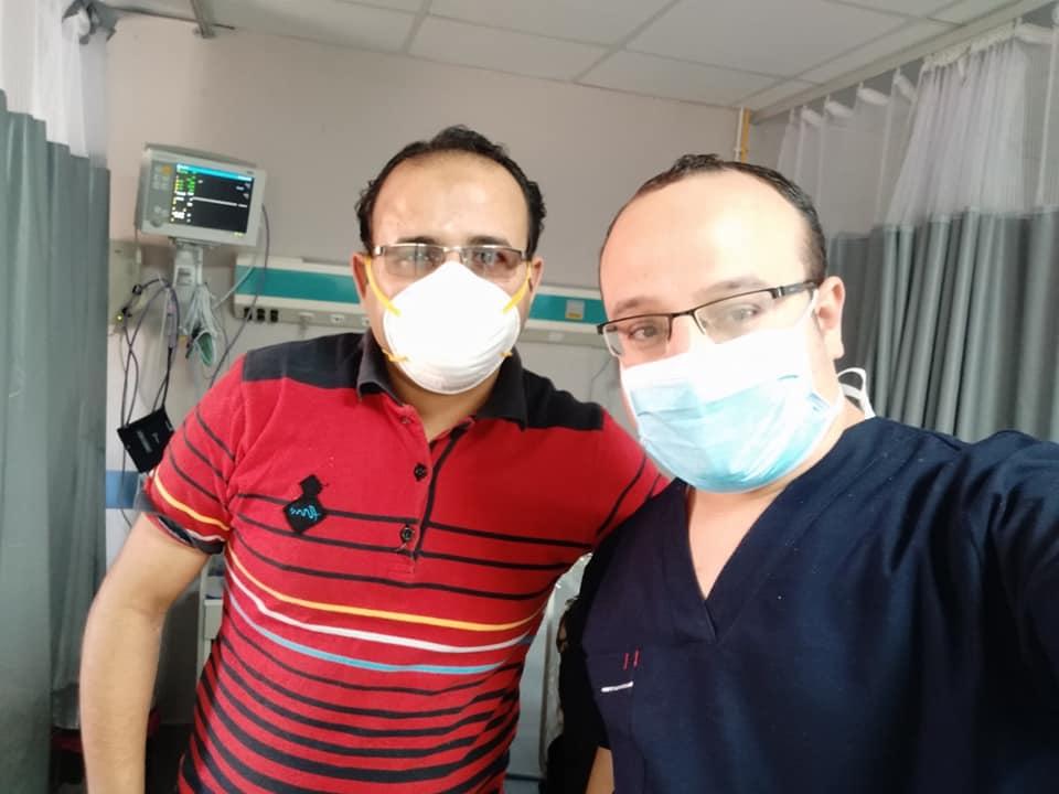 الدكتور عماد  على يمين الصورة مع زميله الدكتور أيمن طبيب الحميات الذي اصيب بكورونا وتعافي