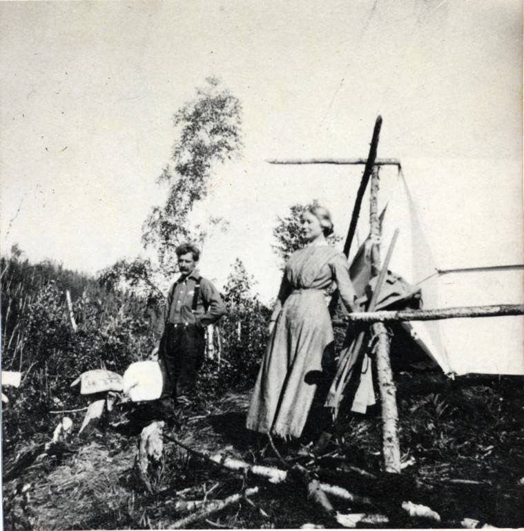 صورة لإستر بوهل لوفجوي رفقة زوجها إميل بألاسكا