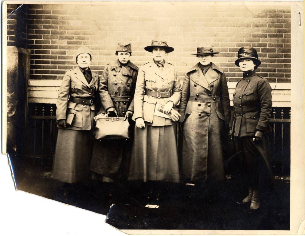 صورة لإستر بوهل لوفجوي رفقة عدد من الإطارات الطبية النسائية الأميركية