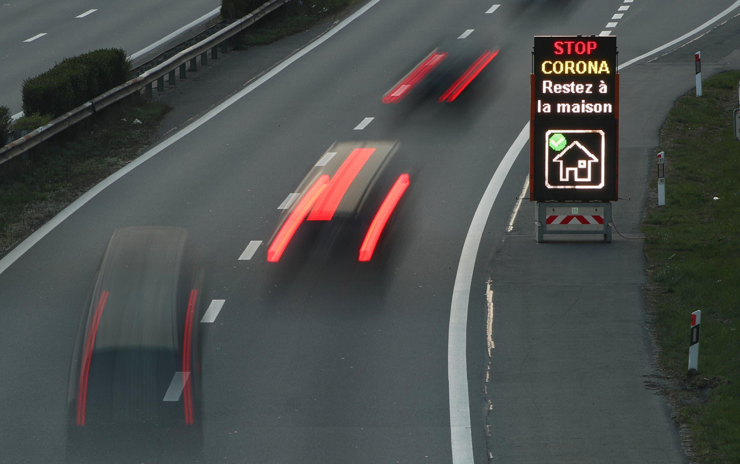 لوحة تحث السائقين على البقاء في منازلهم على إحدى طرقات لوزان في سويسرا