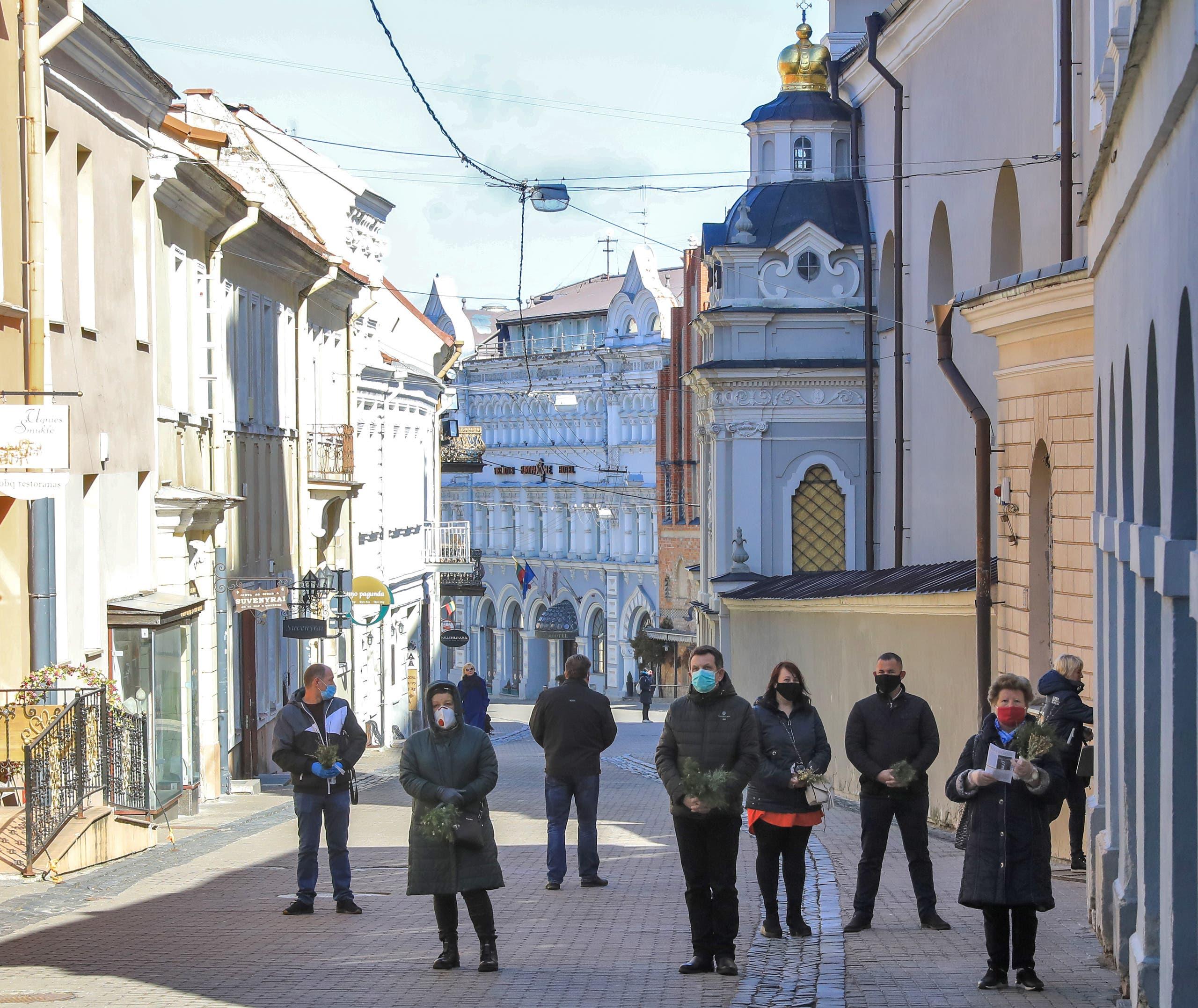 مصلون في ليتوانيا شاركوا الأسبوع الماضي في قداس عيد الشعانين عن بعد خارج الكنيسة