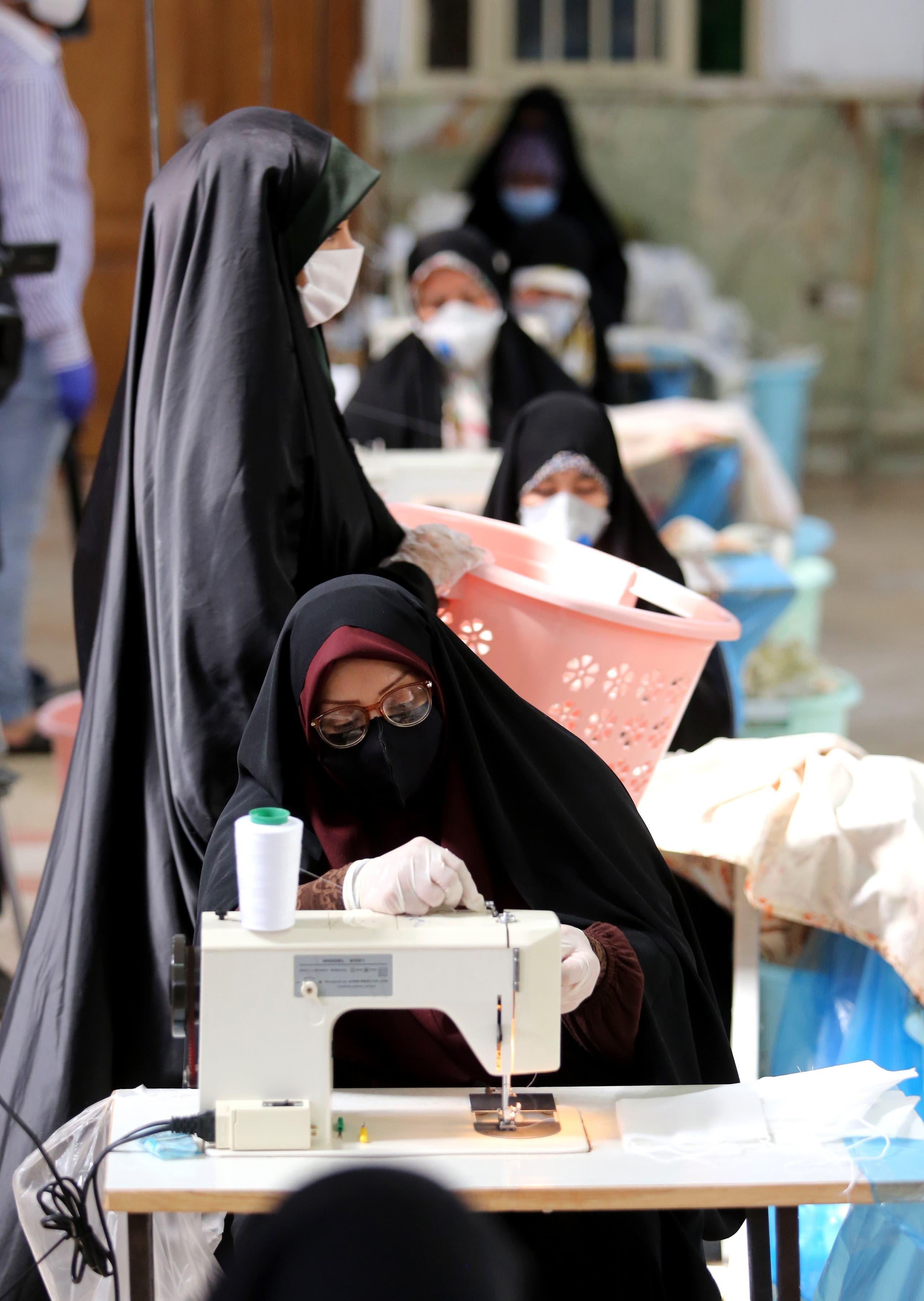 من إحدى ورشات الخياطة في إيران