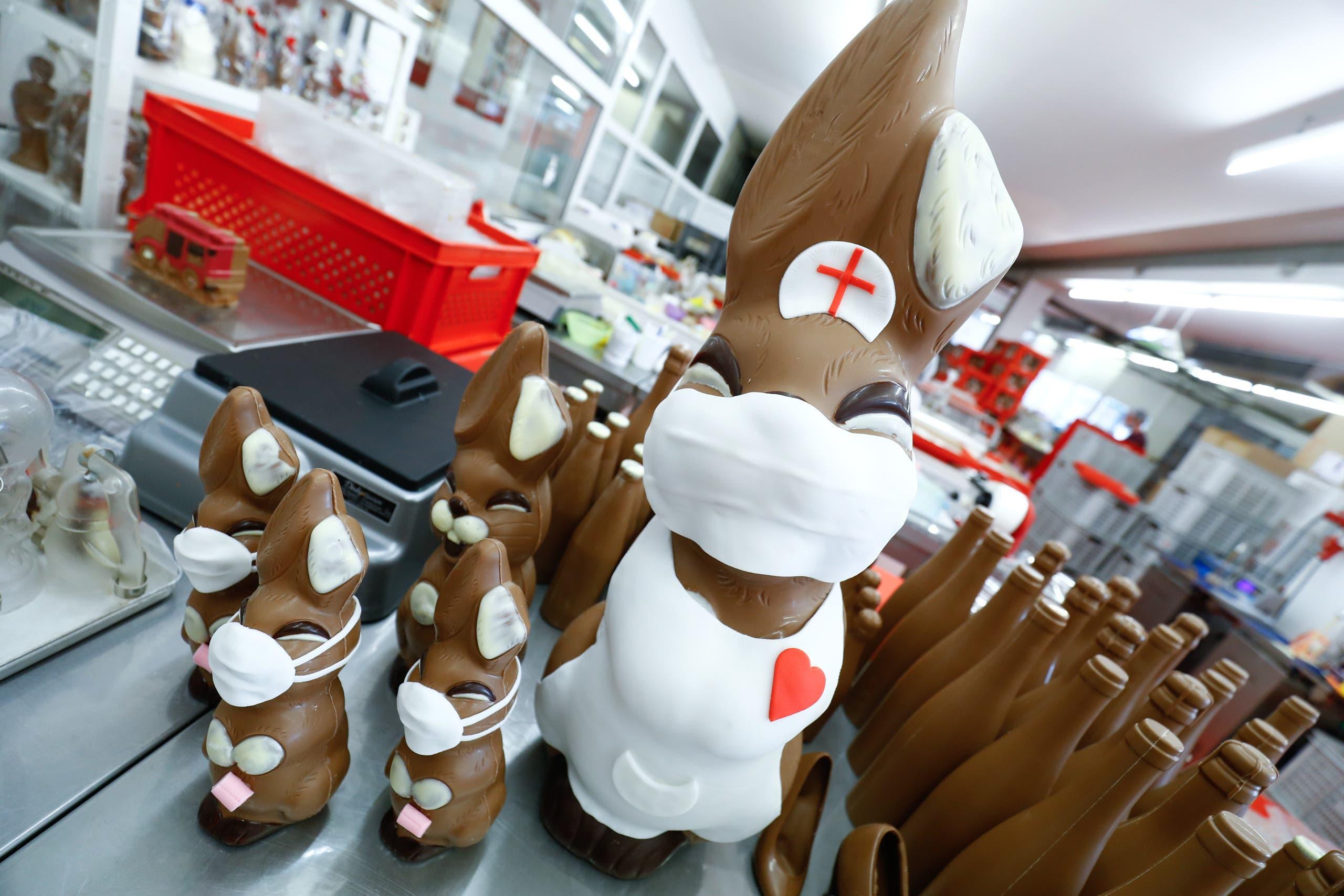 أرانب من الشوكولاتة بلباس الممرضات ترتدي كمامات في سويسرا