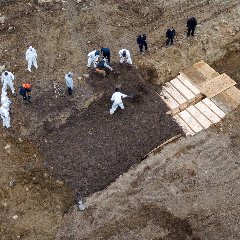فيديو.. دفن ضحايا كورونا في مقبرة جماعية في نيويورك