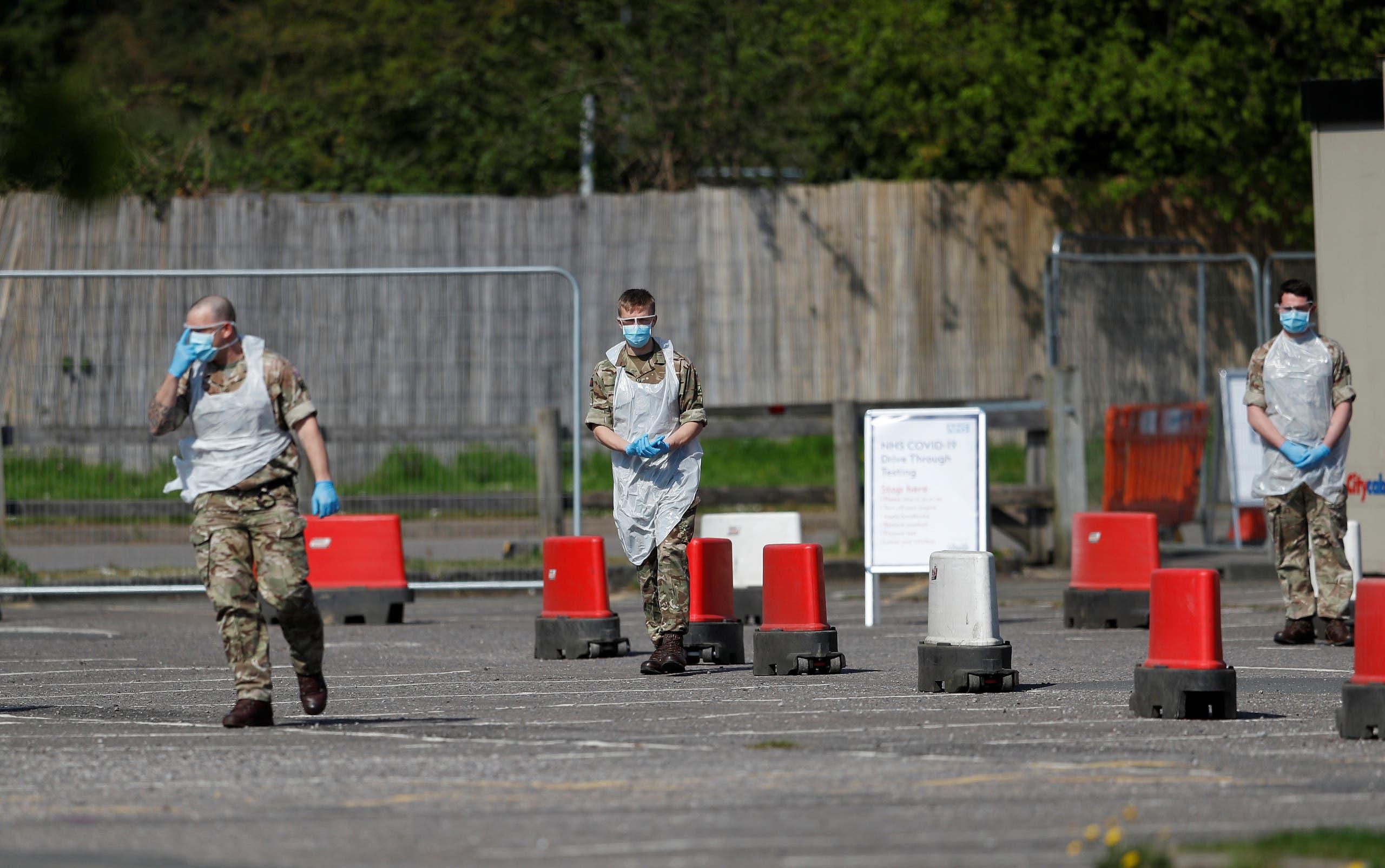 عسكريون أمام مركز استحدث بلندن للخضوع لفحص كورونا