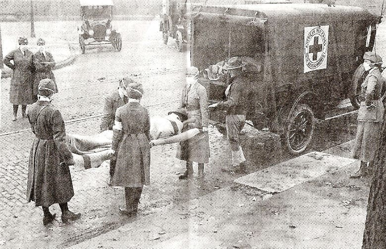 صورة لعملية نقل أحد المصابين بالأنفلونزا الإسبانية بالولايات المتحدة الأميركية
