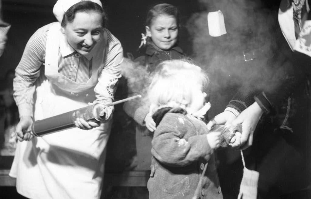 صورة لعملية رش طفل بمبيد دي دي تي بألمانيا عام 1945 عقب نهاية الحرب العالمية الثانية