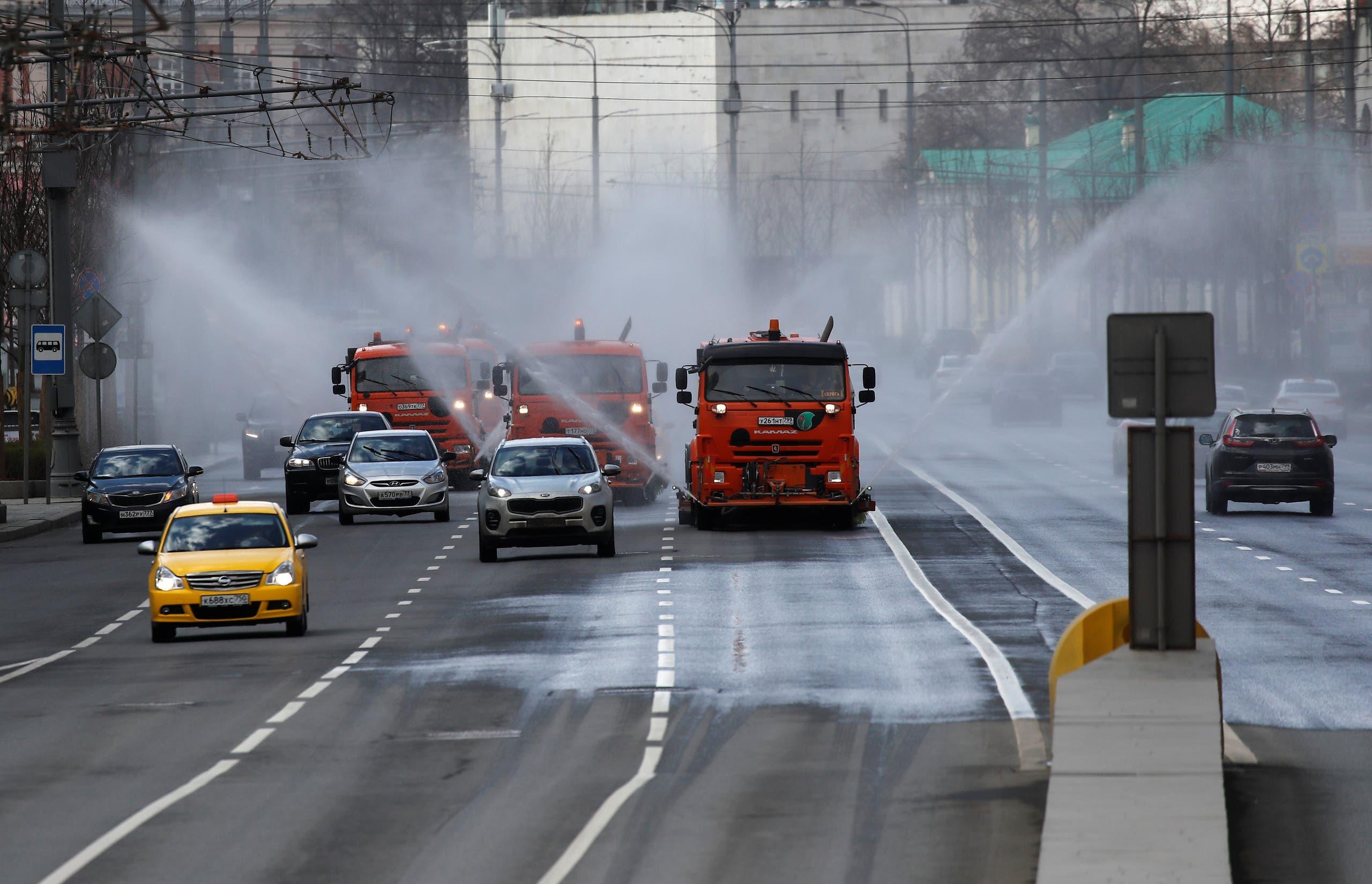 تعقيم طرقات في موسكو (12 أبريل 2020- رويترز)