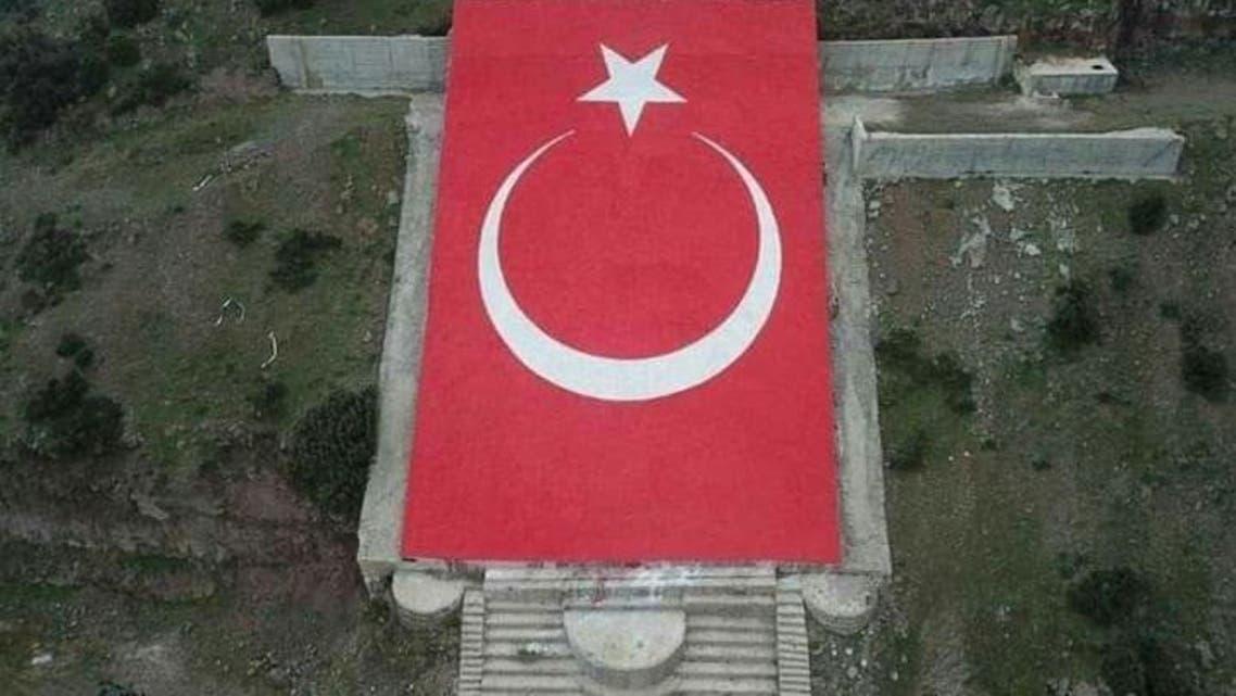 القوات-التركية-تضع-العلم-التركي-مكان-النصب-الحجري-لـ-عبدالله-أوجلان-على-سفح-جبل-دارمق-بريف-عفرين-720x405