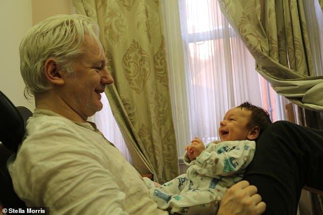 """أسانج وابنه غبريال (صورة من صحيفة """"ميل أون صنداي"""")"""