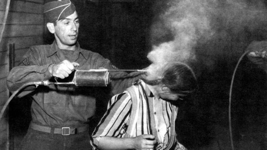 صورة لإحدى عمليات استخدام مبيد الدي دي تي