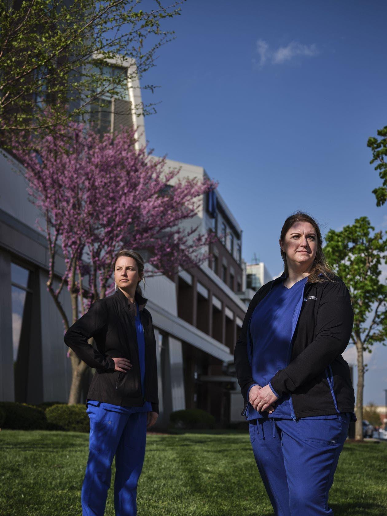 الممرضتان جوليا هانت (من اليسار) وزميلتها أودري ووترز