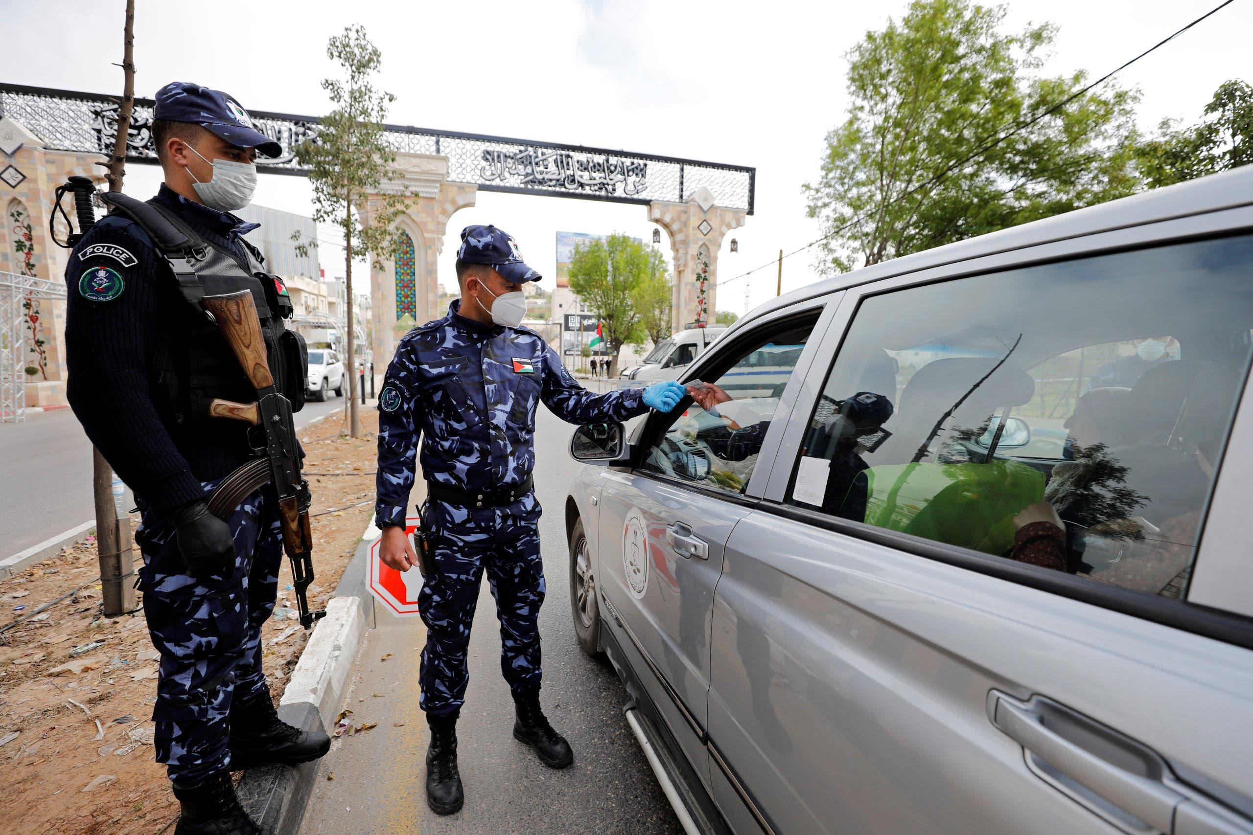 شرطيون فلسطينيون في الخليل يتأكدون من احترام الإغلاق