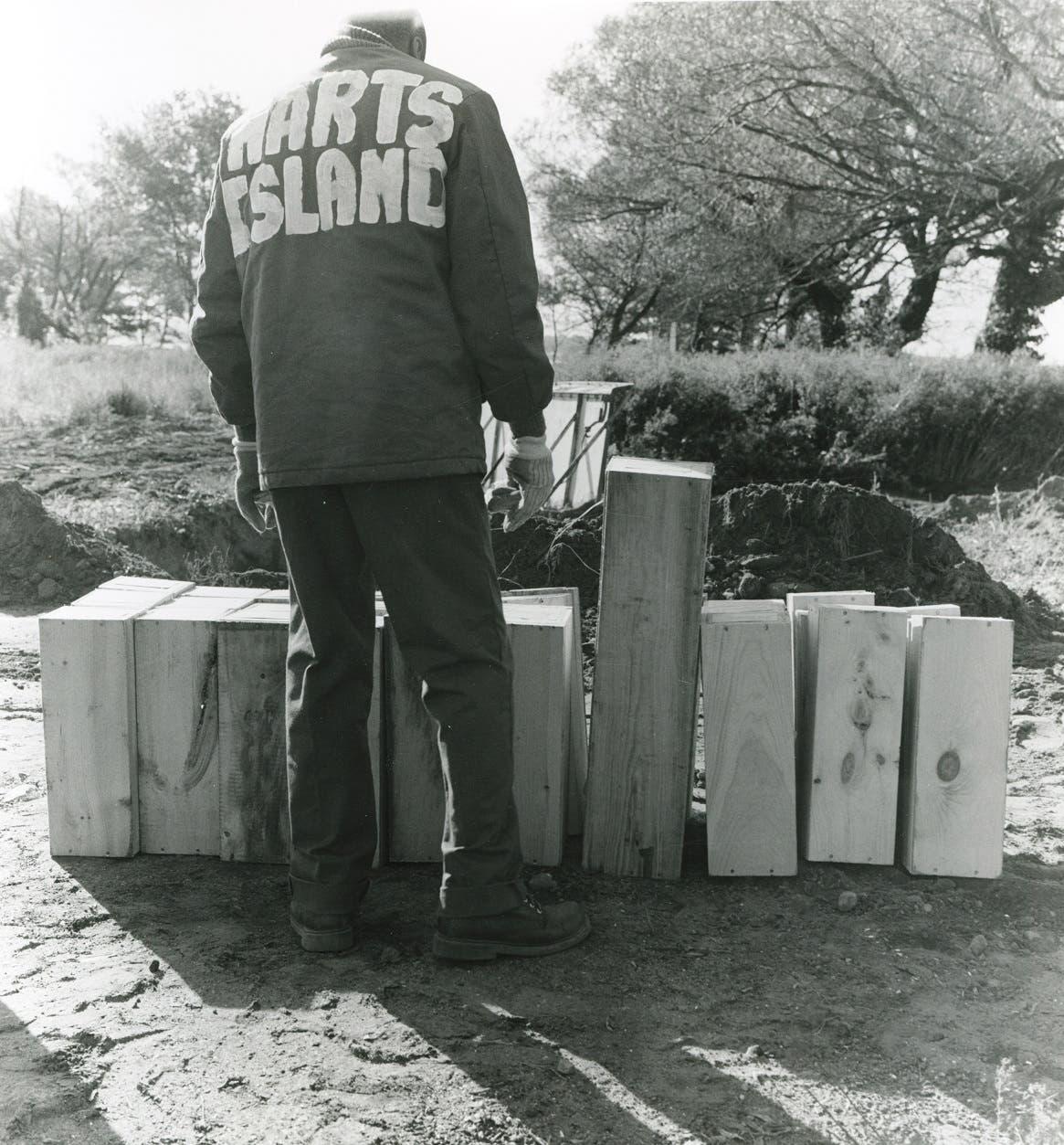 صورة لعملية دفن جثث أطفال أصيبوا بالإيدز بجزيرة هارت آيلاند عام 1991