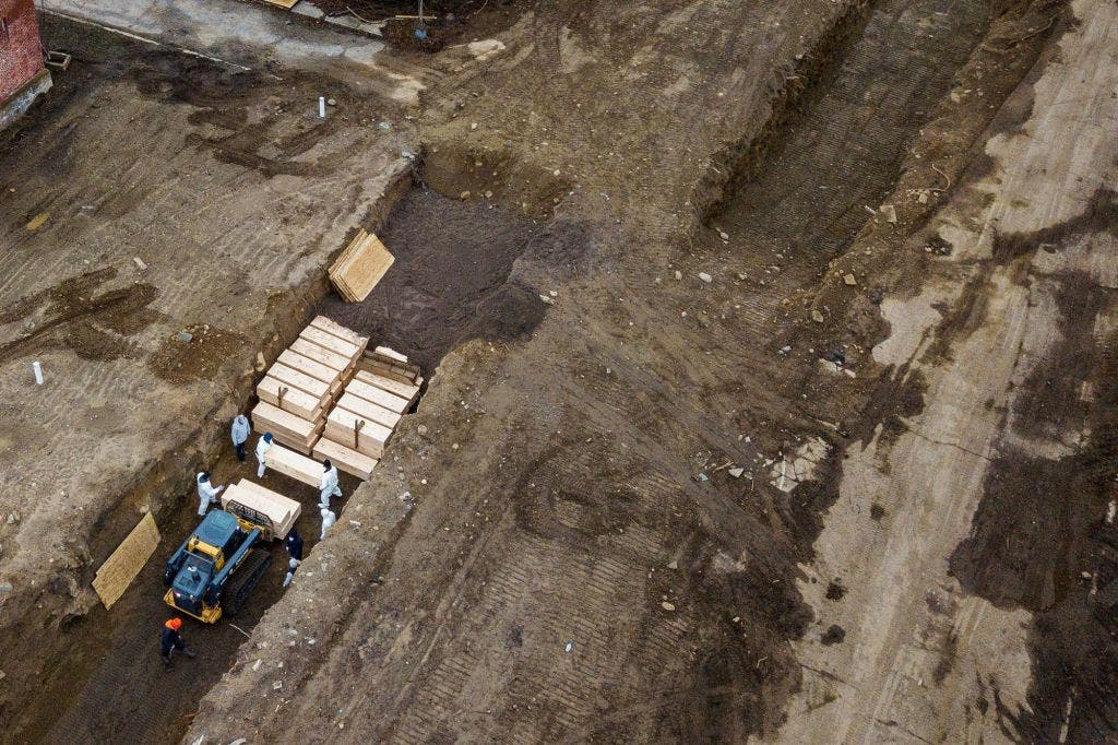 صورة حديثة لعملية دفن عدد من ضحايا كوفيد-19