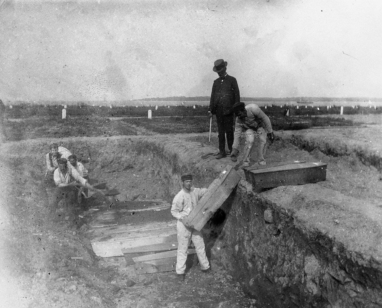 صورة لعملية دفن عدد من الجثث بهارت آيلاند أواخر القرن 19