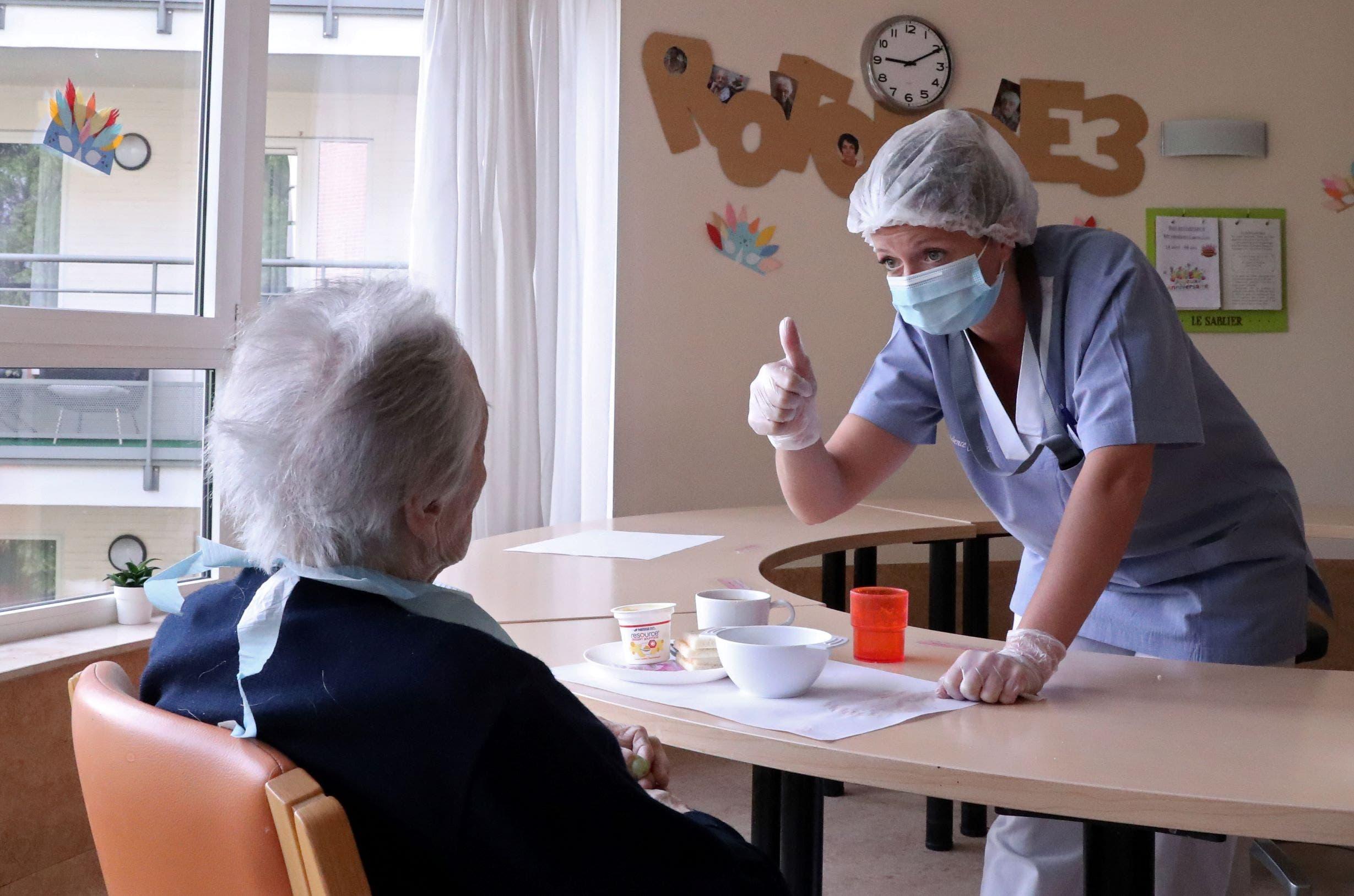 في دار للمسننين (رويترز)