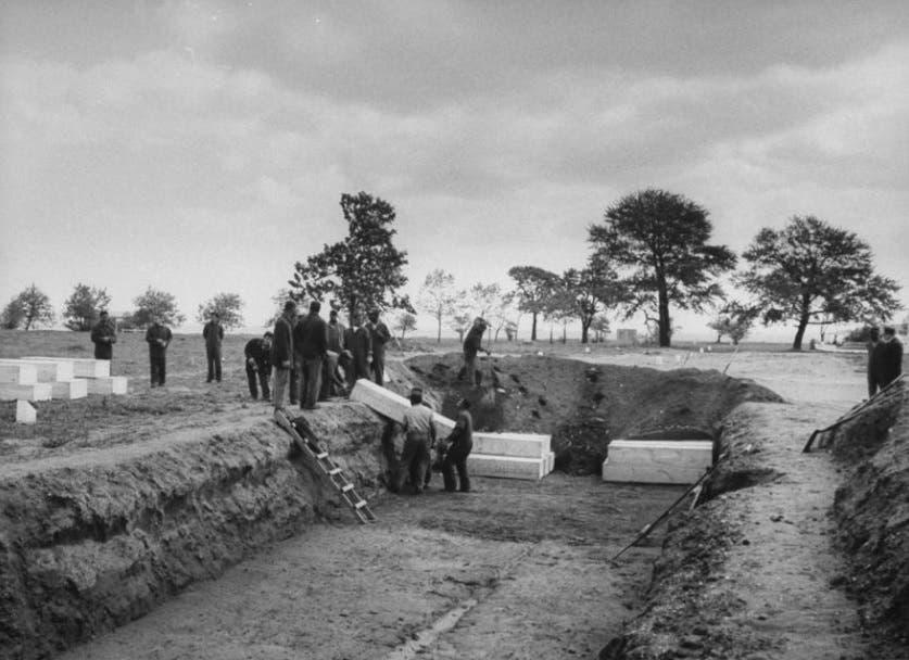 صورة تعود لعام 1963 لعملية دفن جثث عدد من الأشخاص الذين توفوا عقب تناولهم لكحول فاسد بهارت آيلاند