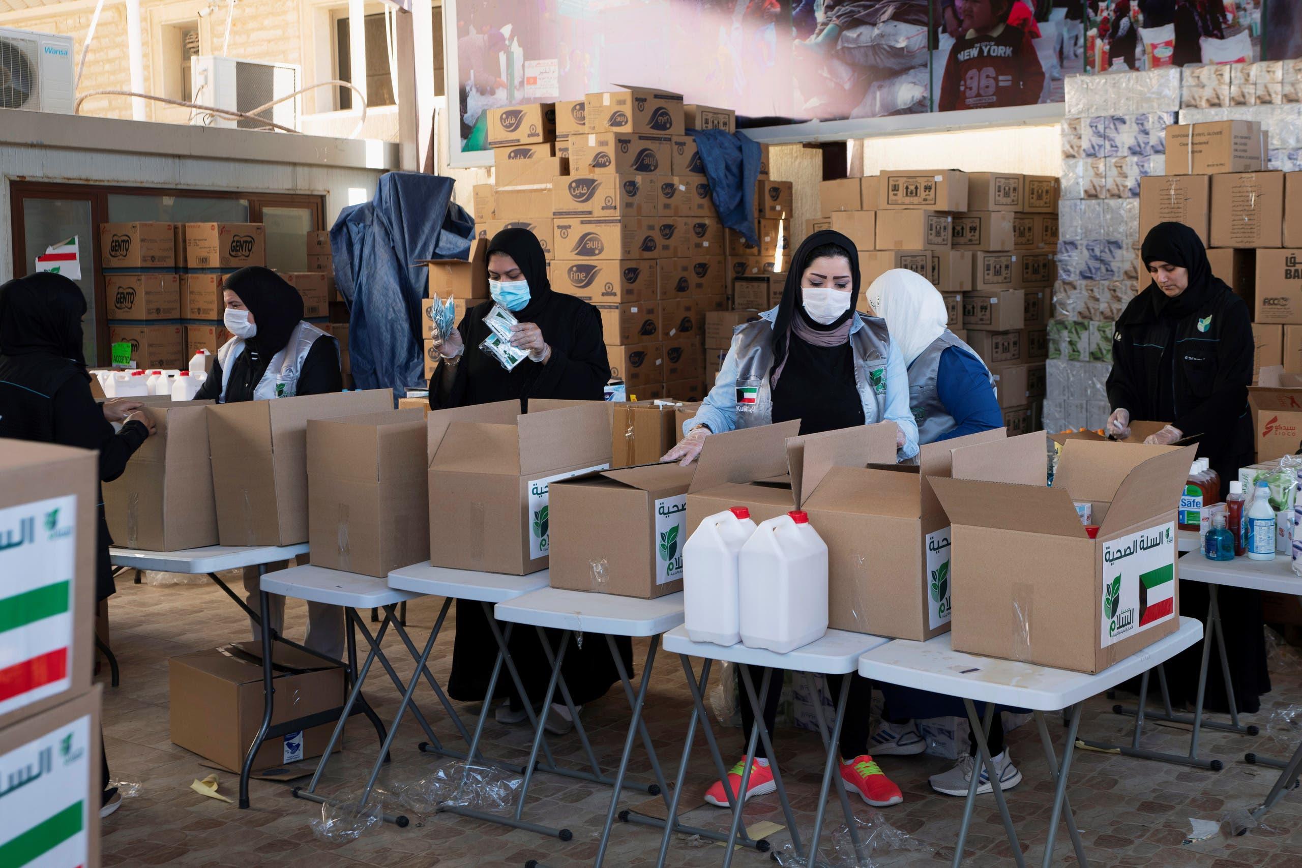 متطوعات كويتيات يوزعن الطعام للأكثر عوزاً إثر أزمة كورونا