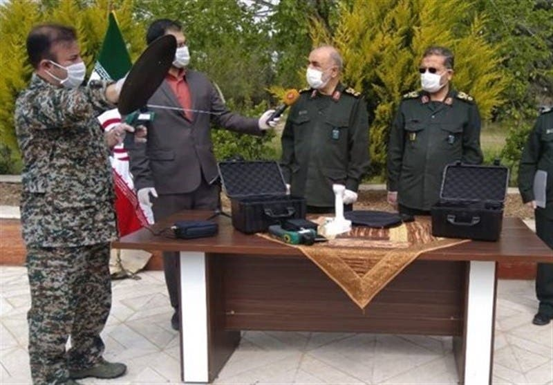 حسن سلامی فرمانده سپاه در حال ارایه شرحی درباره این دستگاه