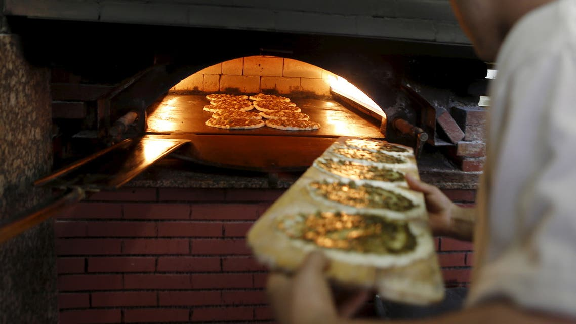 A worker bakes thyme bread at a bakery in Beirut, Lebanon March 22, 2016. (File photo: Reuters)