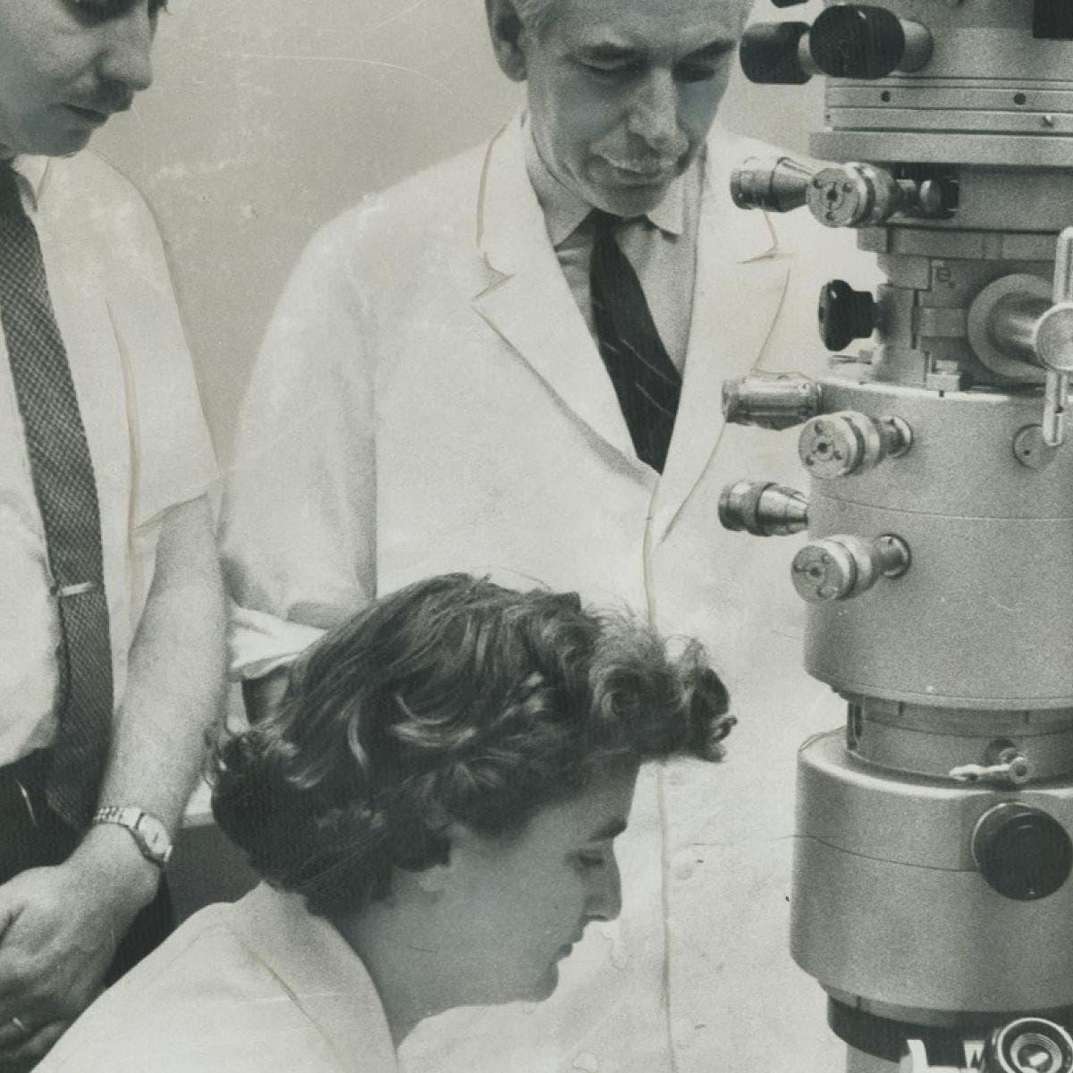 صورة لجون ألميدا داخل المختبر