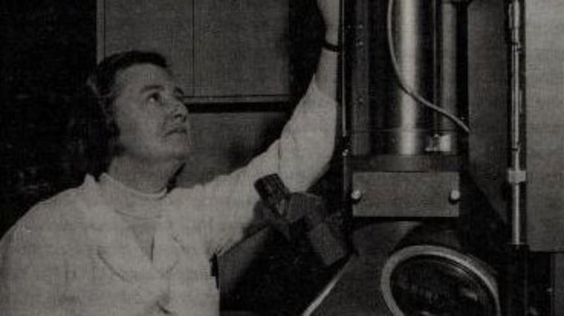 صورة لجون ألميدا اثناء عملها بأحد المختبرات
