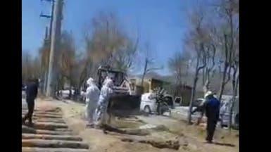 بالفيديو.. إيران تحفر القبور لدفن ضحايا كورونا