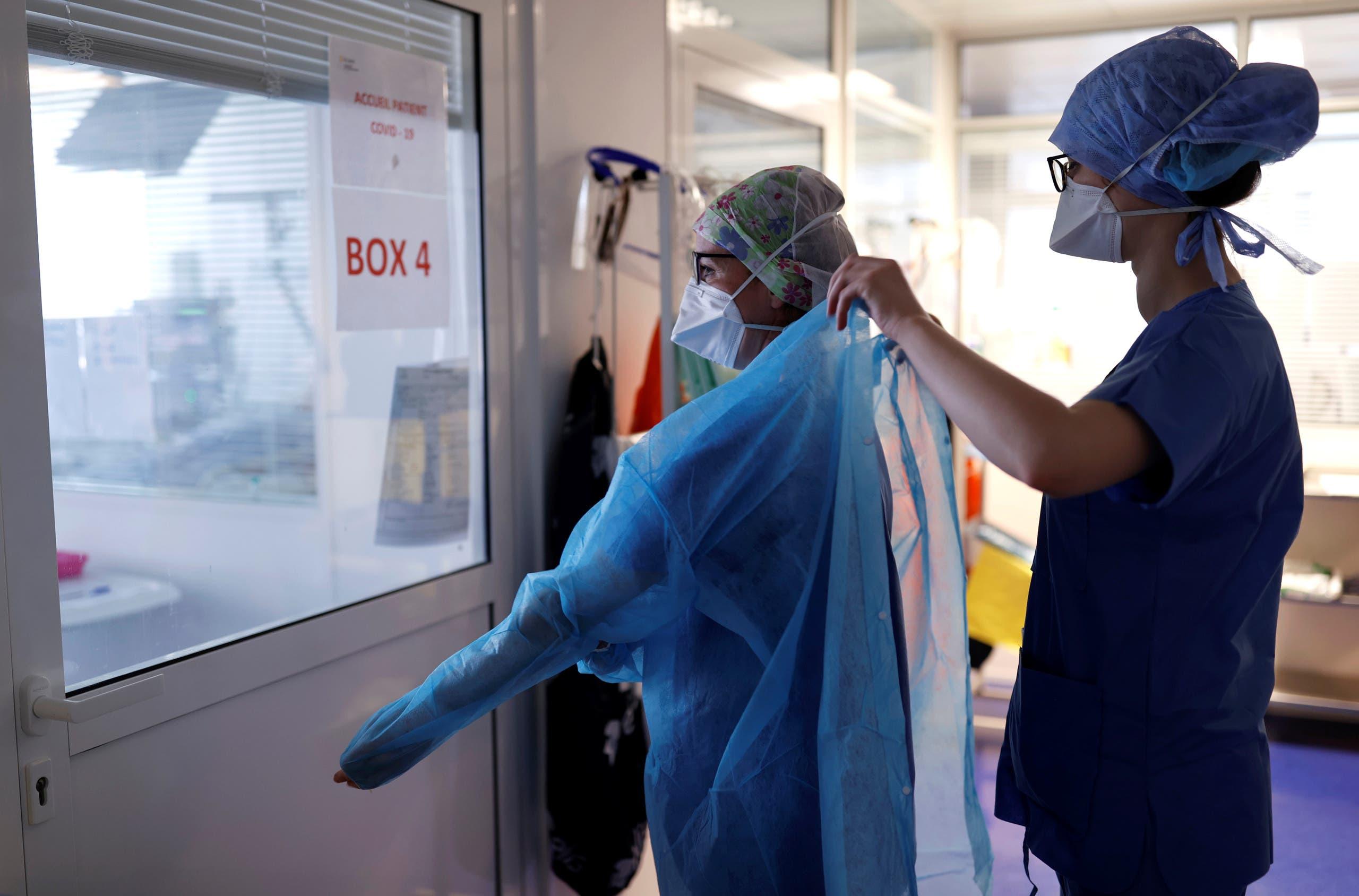 عاملون صحيون يرتدون ملابس واقية لمعاينة مصابين بكورونا في ستراسبورغ في فرنسا