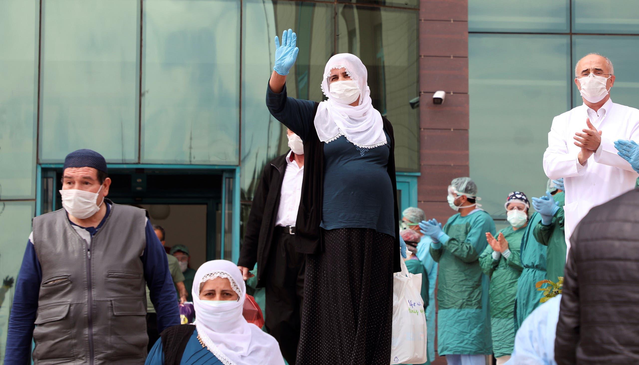 أطباء وممرضون يصفقون لمتعافين من كورونا خلال خروجهم من مستشفى في ديار بكر في تركيا
