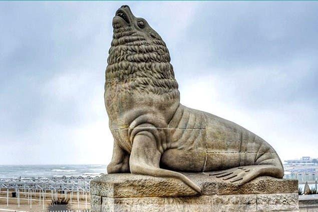 مجسمه شیر سنگی در ساحل شهر  ماردل پلاتا در آرژانتین