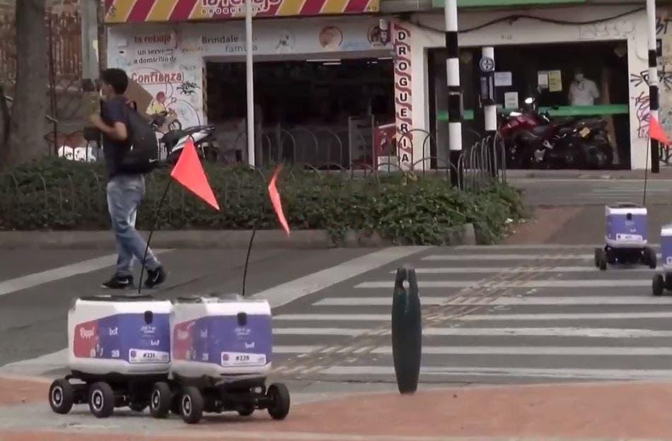 الروبوتات تجتاز الشارع