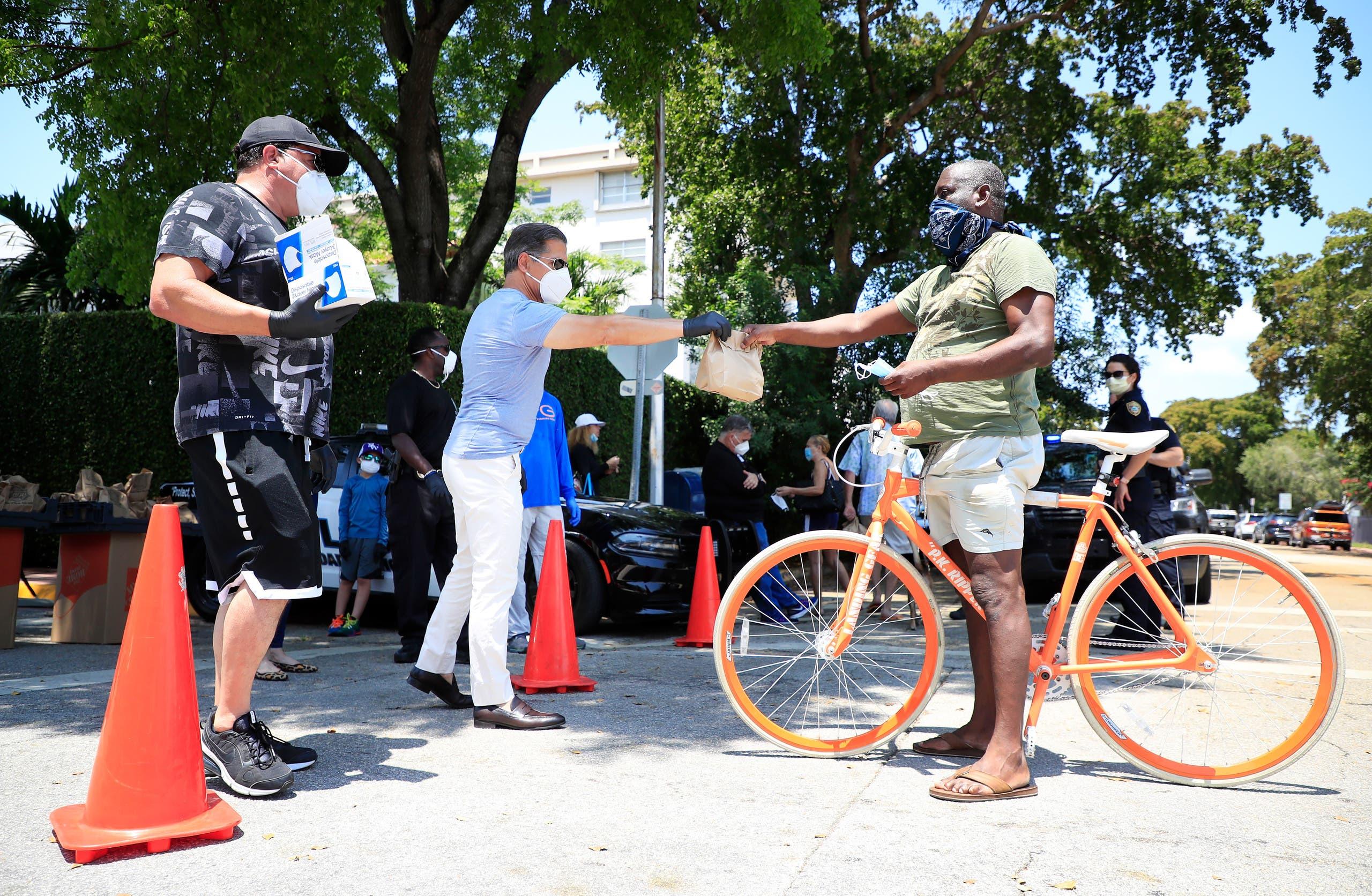 توزيع كمامات على المواطنين في ميامي